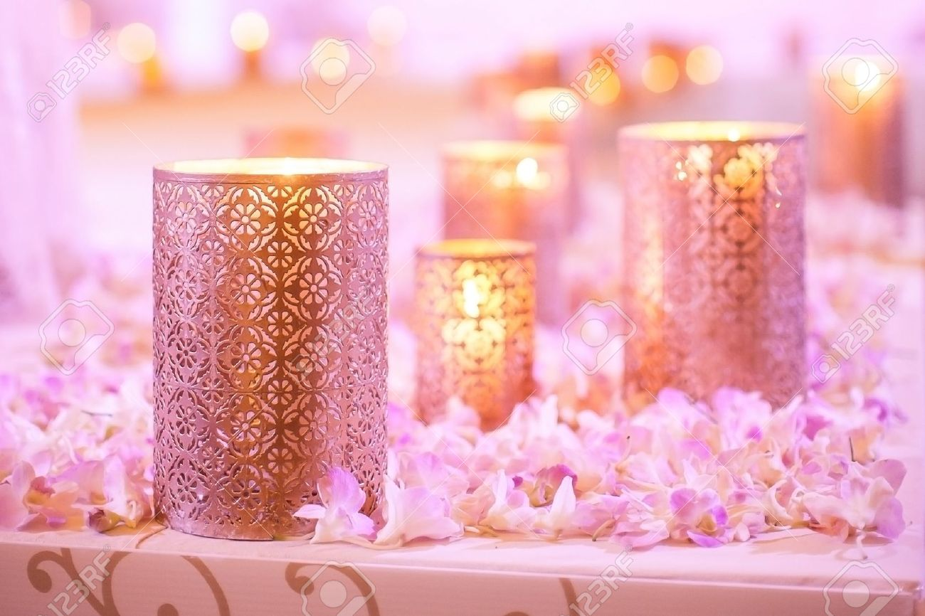 Bloemen en kaars decoratie voor een bruiloft royalty vrije foto ...