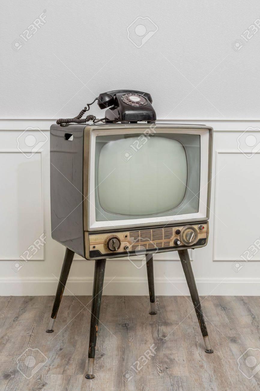 Vieille Télévision à 4 Pattes Dans Le Coin De La Salle Vintage Et Un ...