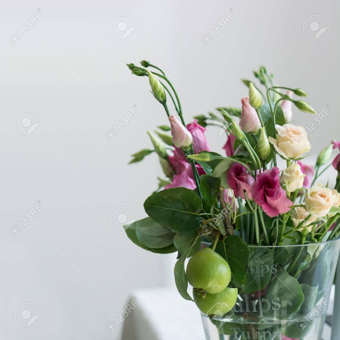 Fiori Bianchi In Vaso.Immagini Stock Rosa E Fiori Bianchi Lisianthus Mazzo In Un Vaso