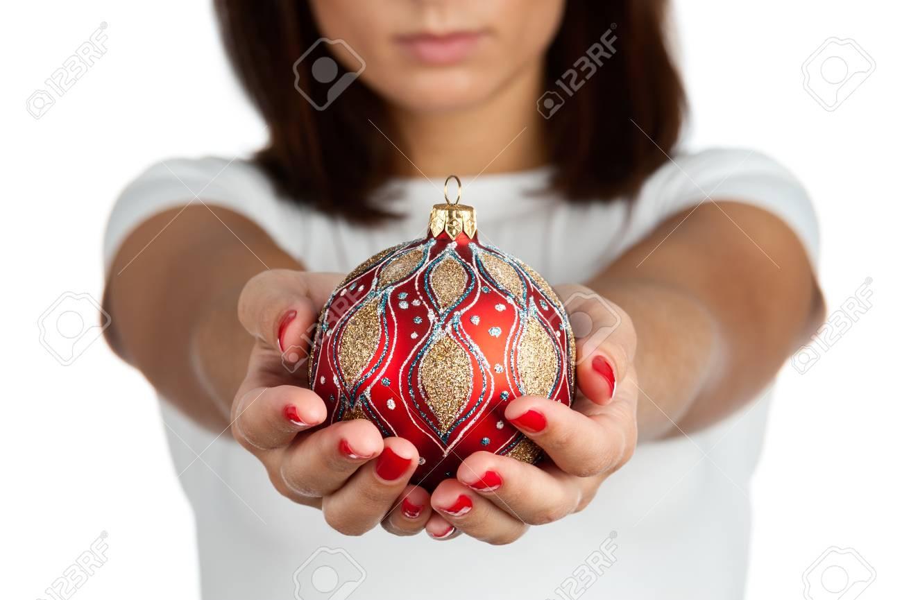 Frau, Die Weihnachten Rote Kugel, Close-up Der Hände Auf Weißem T ...