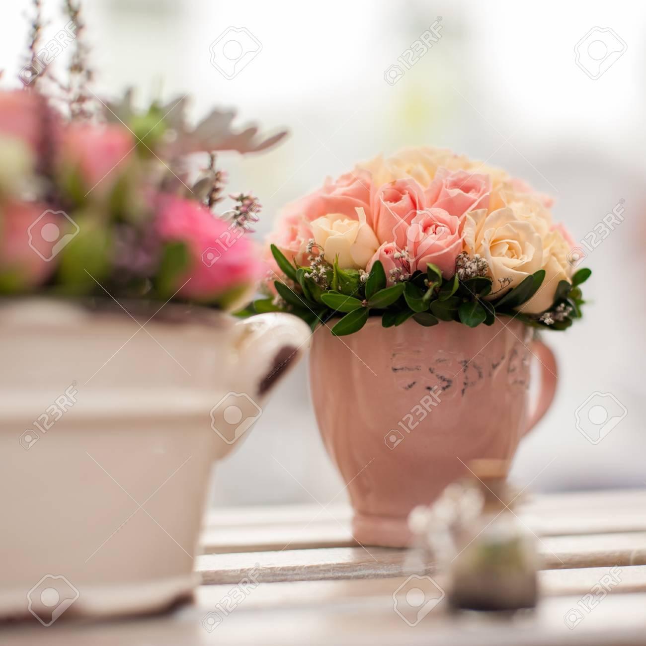 Arreglo Floral De Rosas Multicolores En La Taza Ceremonia De La Boda Primer Plano De Diseño Florístico Shallow Dof Enfoque Selectivo Composición