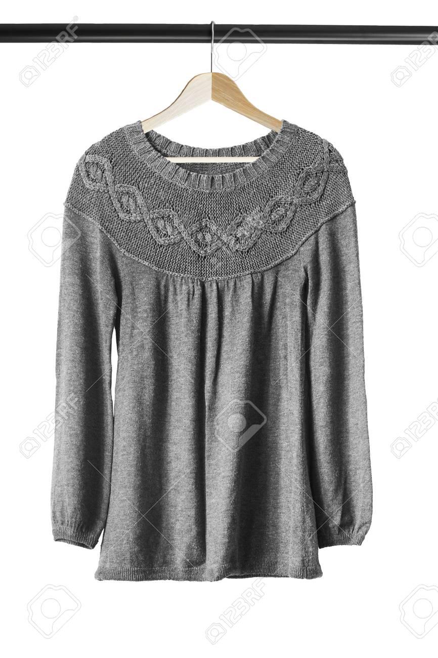 new concept 56be6 dbe88 Grigio maglione di lana sui vestiti di legno a rack isolato su bianco