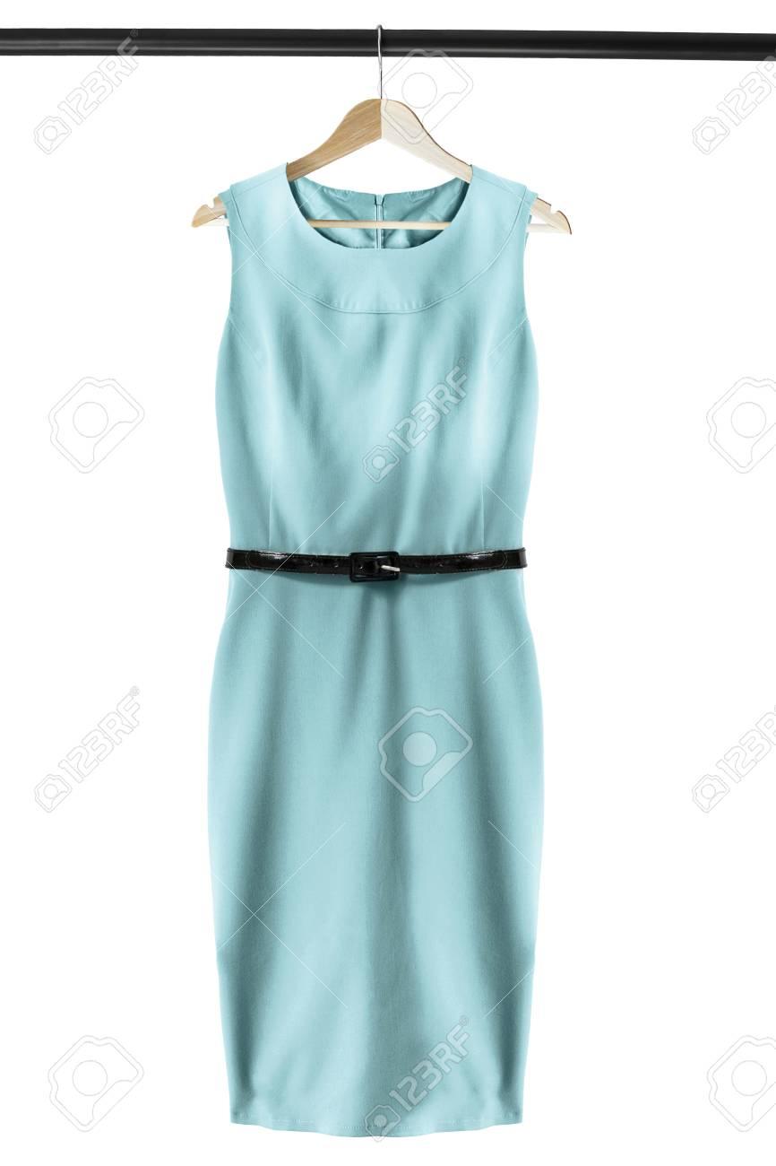 elegantes ärmelloses blaues kleid auf dem hölzernen kleiderständer  lokalisiert über weiß