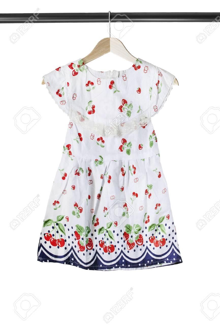 e835b139eb1fe4 Babykleding Wit.Witte Katoenen Babykleding Op Houten Die Klerenrek Over Wit  Wordt