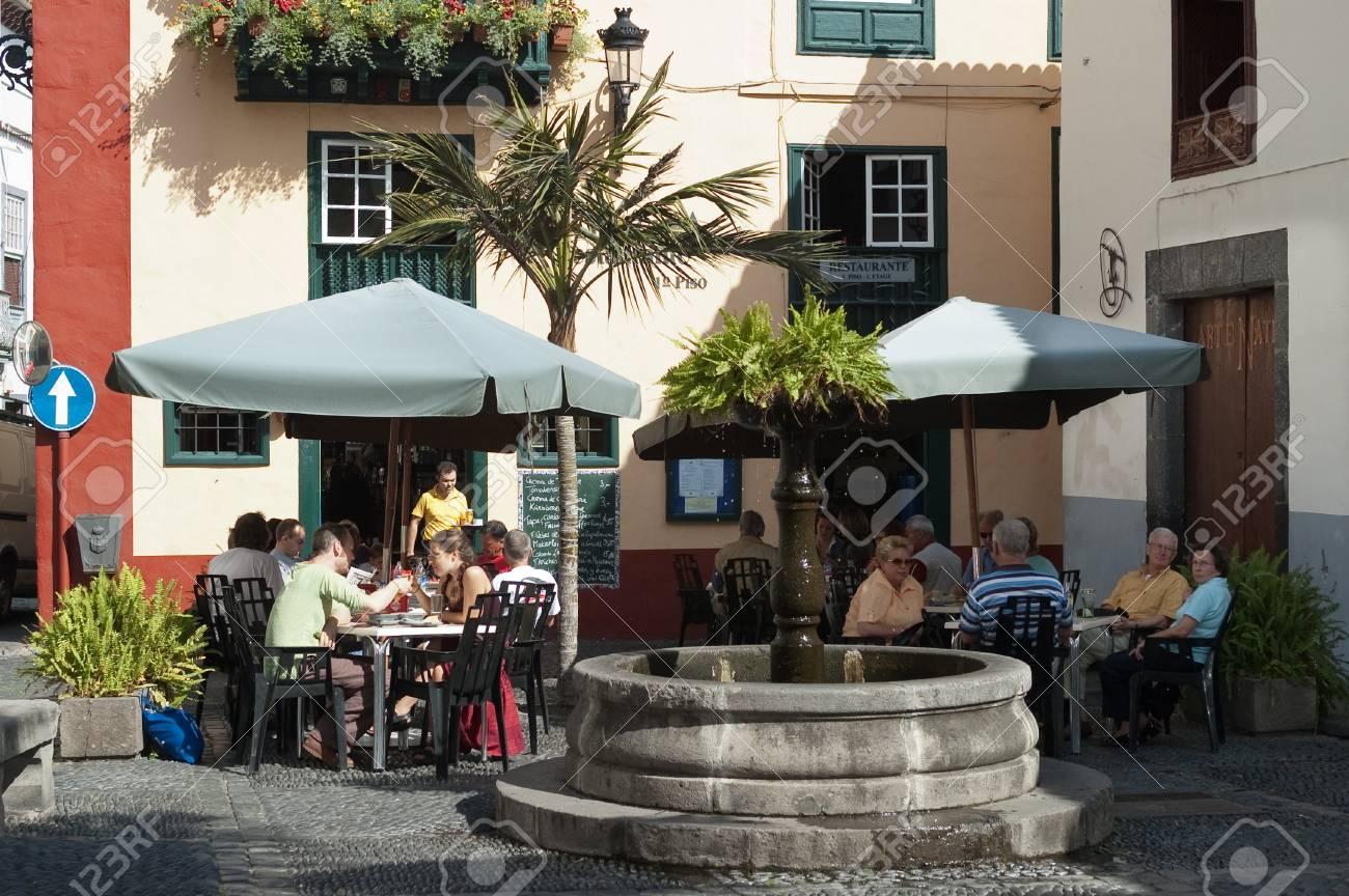 Las Personas Que Gozan En La Terraza Al Aire Libre Del Café En Placeta De Borrero En Santa Cruz En La Isla De La Palma Islas Canarias España