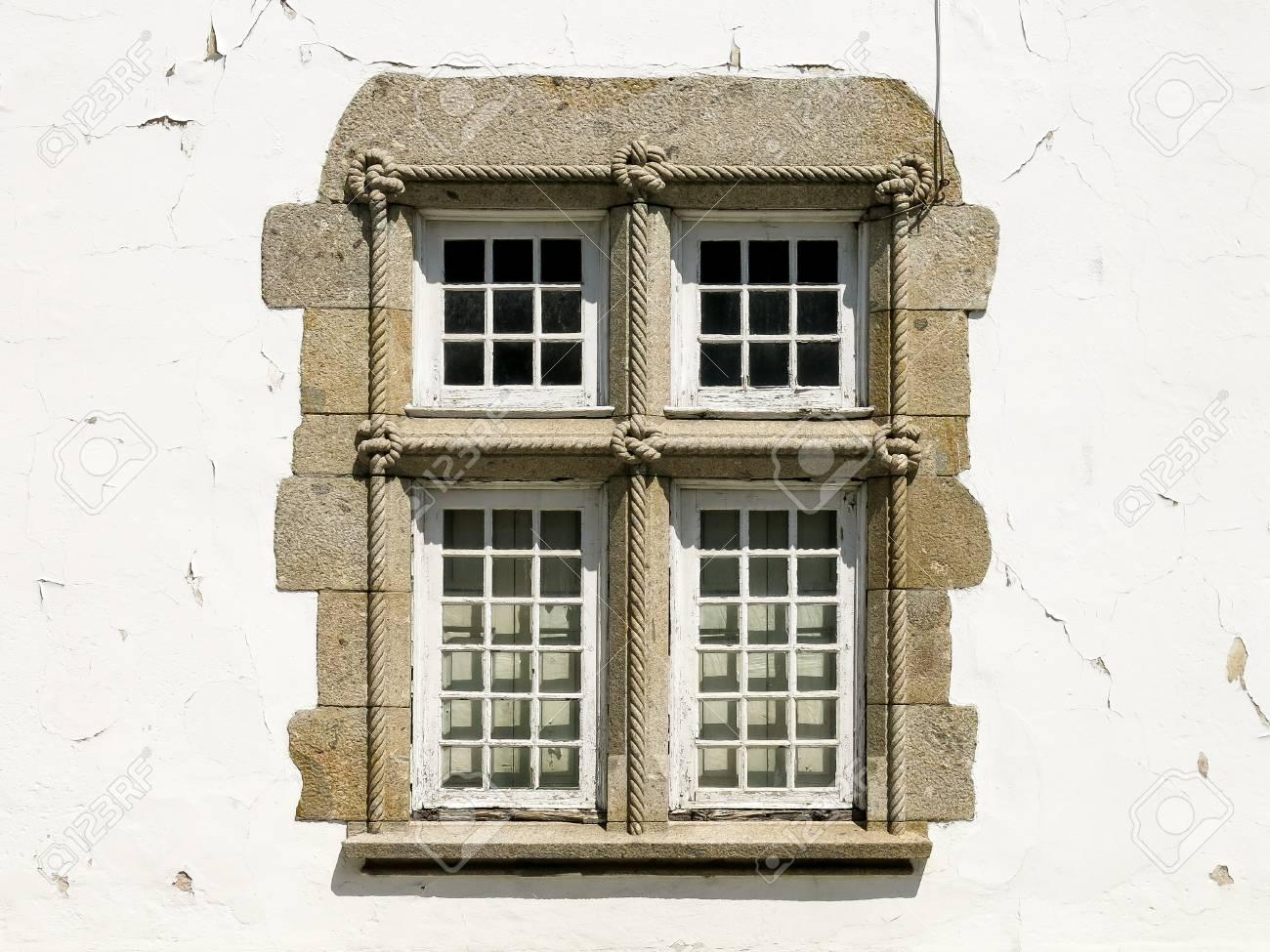 Fenster Mit Geknüpften Seil Verziert, Detail Auf Haus In Der Stadt ...