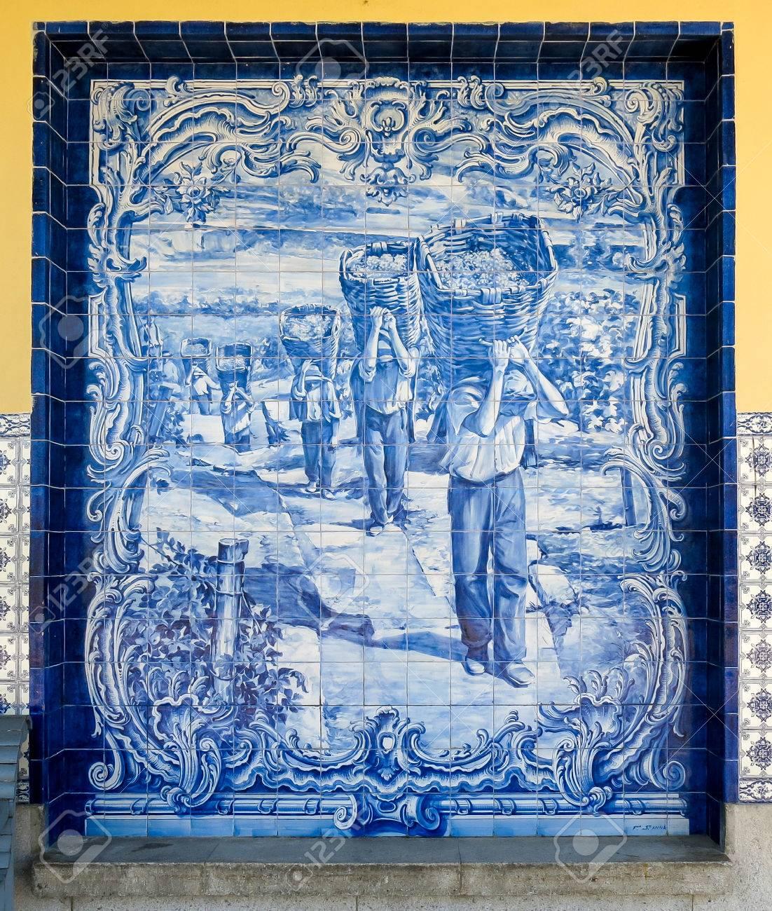 9a916b17767 Banque d images - Panneau d azulejos tilework sur la gare de Pocinho en  vallée de la rivière Douro près de la frontière espagnole au Portugal
