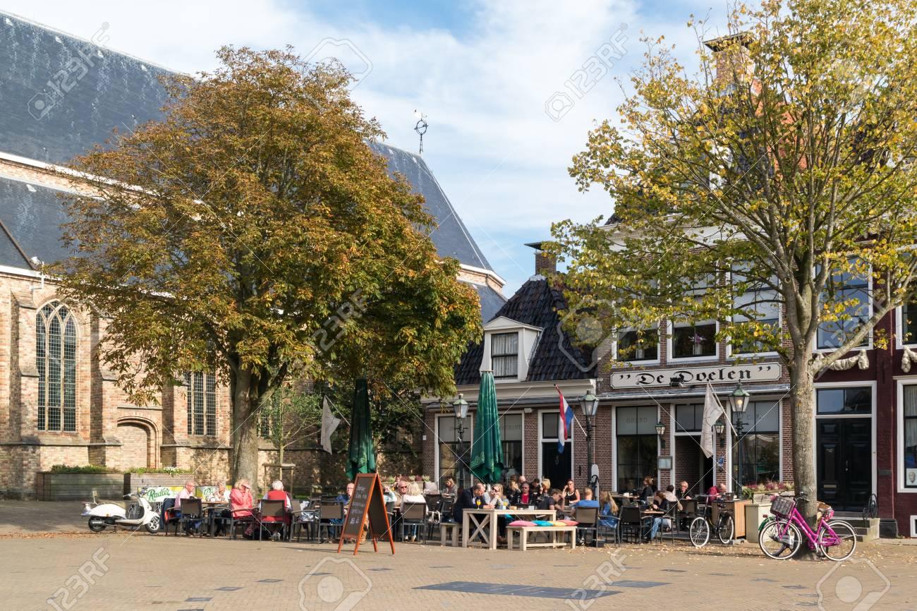 Persone Sulla Terrazza Esterna Del Caffè Sulla Piazza Breedeplaats Nella Città Di Franeker Frisia Paesi Bassi