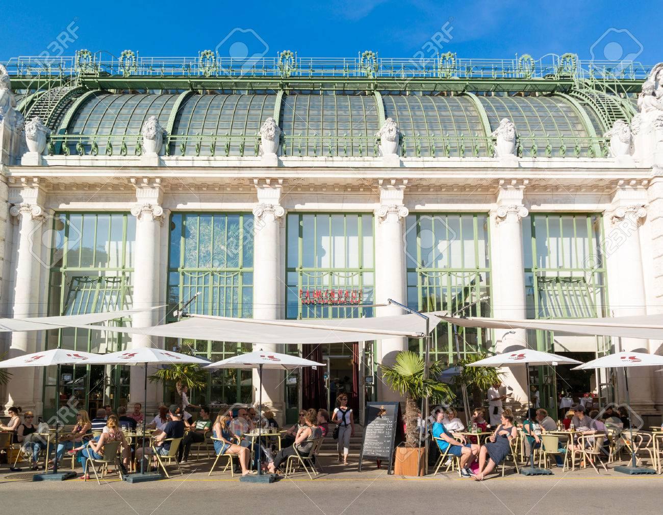 Terraza Al Aire Libre De La Casa De Palma Café Con La Gente En Burggarten Jardines En El Centro De Viena Austria