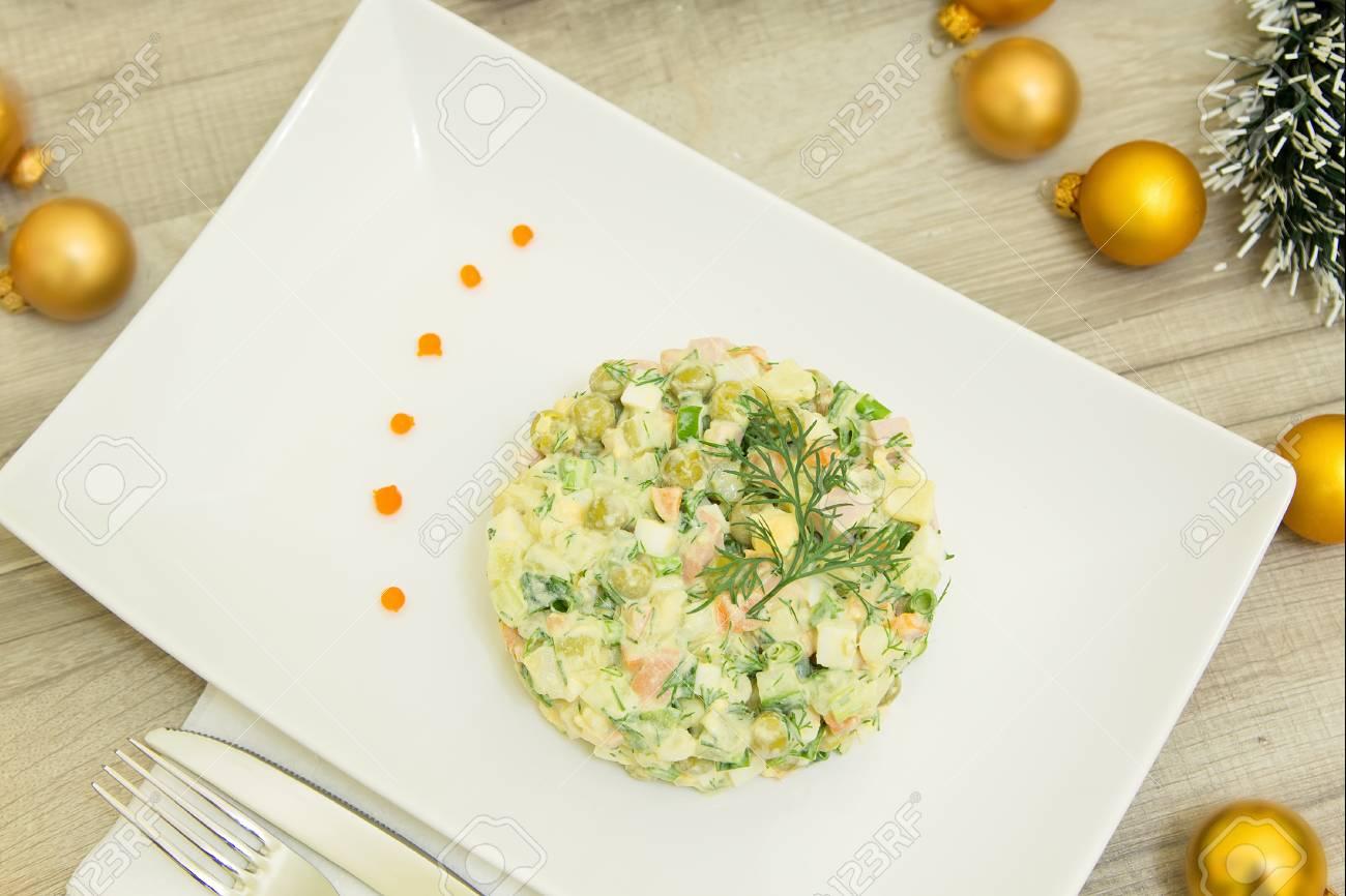 Traditionelle Russische Weihnachts Salat Olivier Mit Wurst Und ...