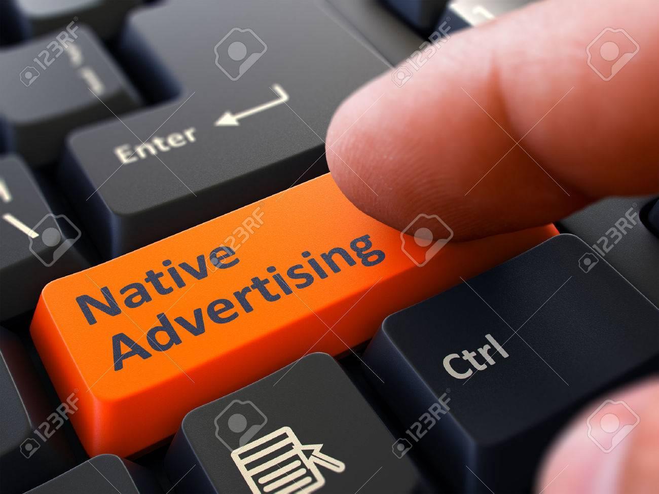 Einheimische Werbung Knopf. Männliche Finger Klicks auf das orange Knopf auf schwarze Tastatur. Nahaufnahme. Unscharfer Hintergrund. Standard-Bild - 45897084
