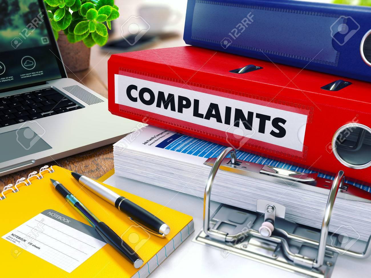 Beschwerden - Red Ring Binder auf Office Desktop mit Büromaterial und Moderne Laptop. Business-Konzept auf unscharfen Hintergrund. Getönten Illustration. Standard-Bild - 46207871