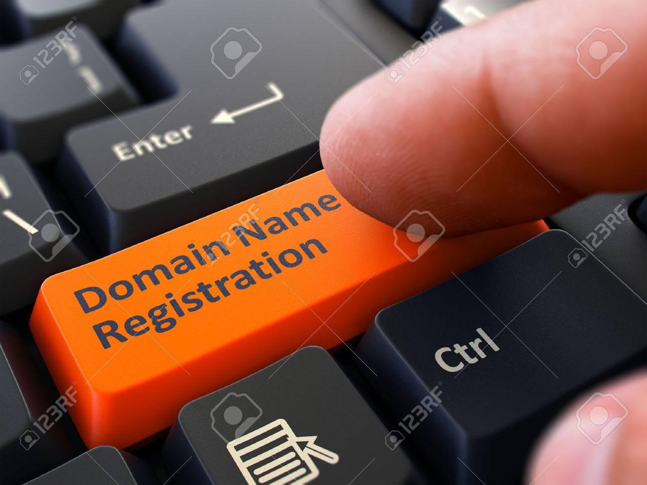 Finger drückt orangenen Button Domain Name Registration auf Black Keyboard Hintergrund. Teilansicht. Tiefenschärfe. Standard-Bild - 46741476