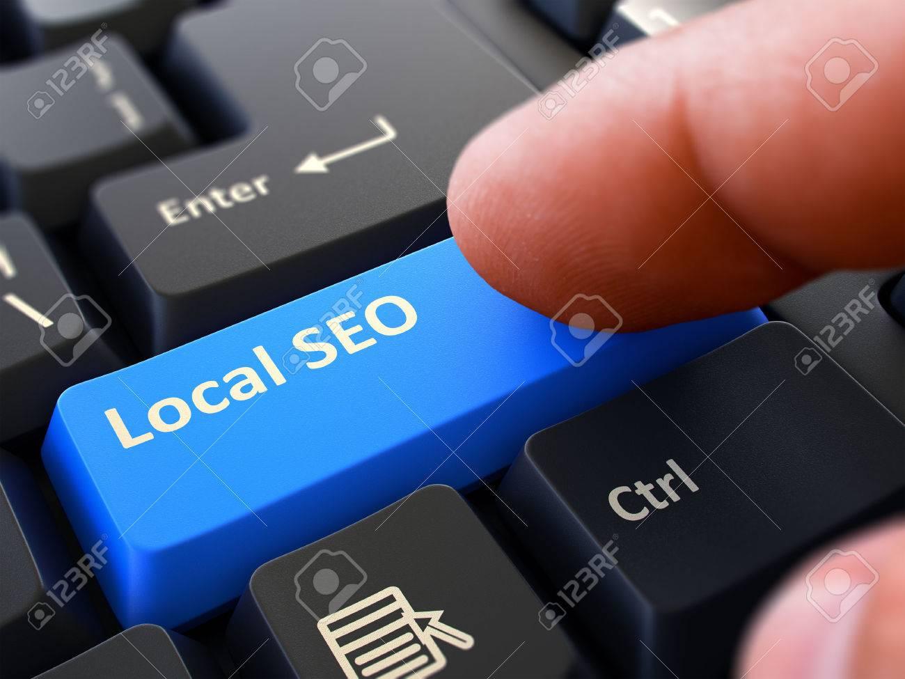 Lokale SEO-Konzept. Person Klicken Sie auf Blau Tastatur-Taste. Tiefenschärfe. Teilansicht. Standard-Bild - 47362450