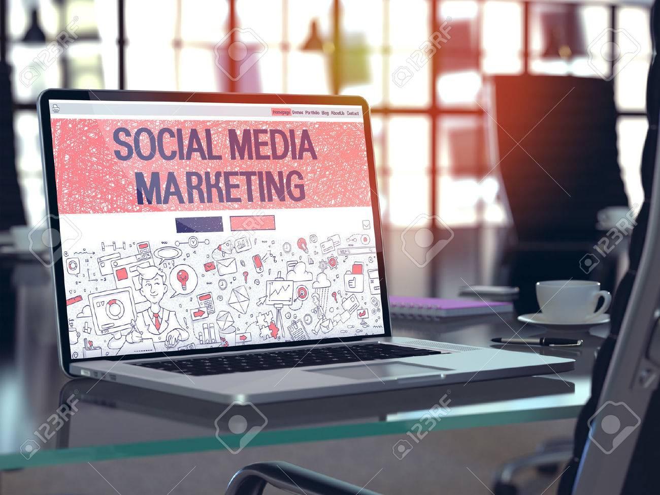 Moderner Arbeitsplatz mit Laptop zeigt Landing-Page in Doodle-Design-Stil mit Text Social Media Marketing. Getönt mit Tiefenschärfe. Standard-Bild - 51625223