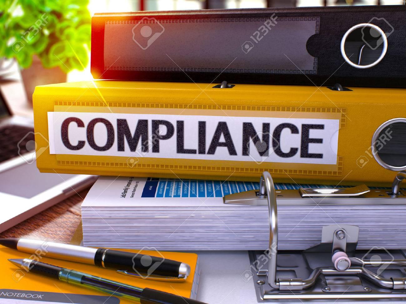 Gelb Ringbuch mit Beschriftung Konformität auf Hintergrund der Arbeitstisch mit Büromaterial und Laptop. Compliance-Business-Konzept auf unscharfen Hintergrund. 3D übertragen. Standard-Bild - 52232524