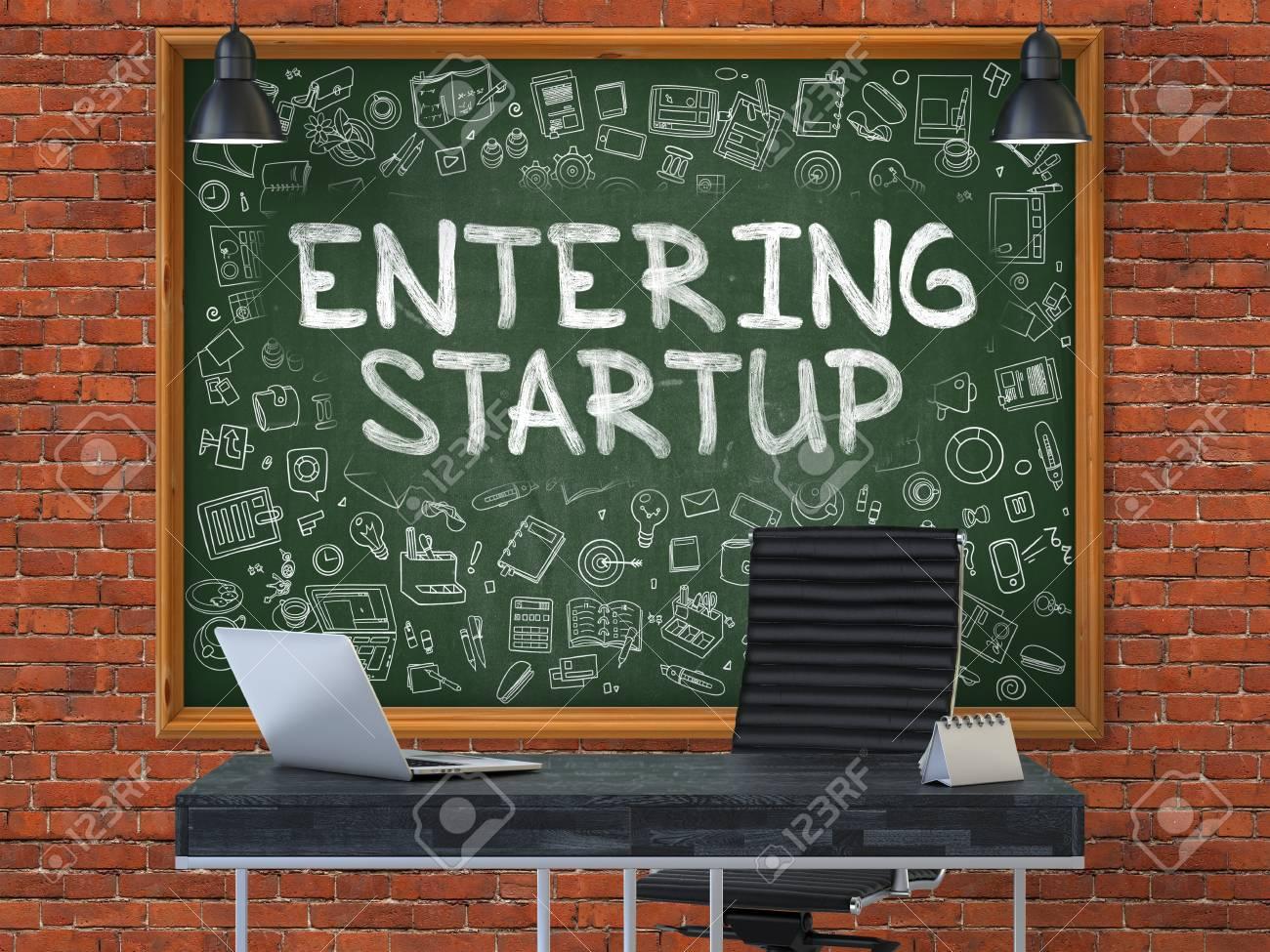 Hand drawn saisie startup sur le tableau vert intérieur de bureau