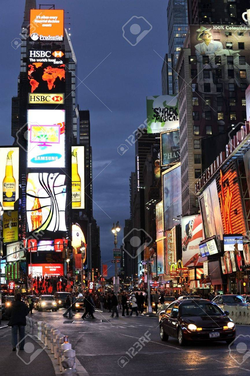 NEW YORK CITY, NY - JANUARY 20, 2009: Evening traffic  on Times Square on January 20, 2009 in Manhattan, New York city Stock Photo - 9256681