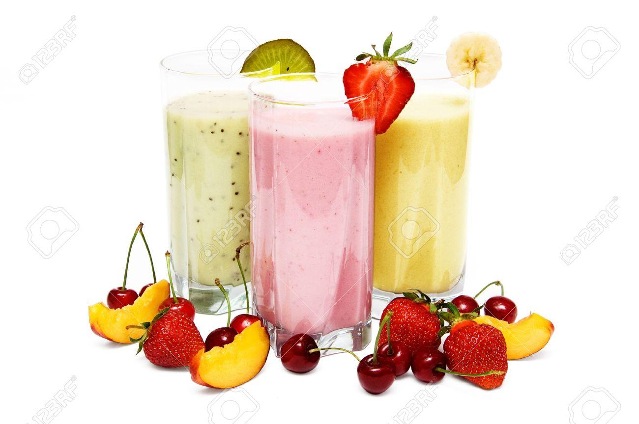 batidos de frutas con cerezas fresa y durazno aisladas sobre fondo blanco foto de archivo