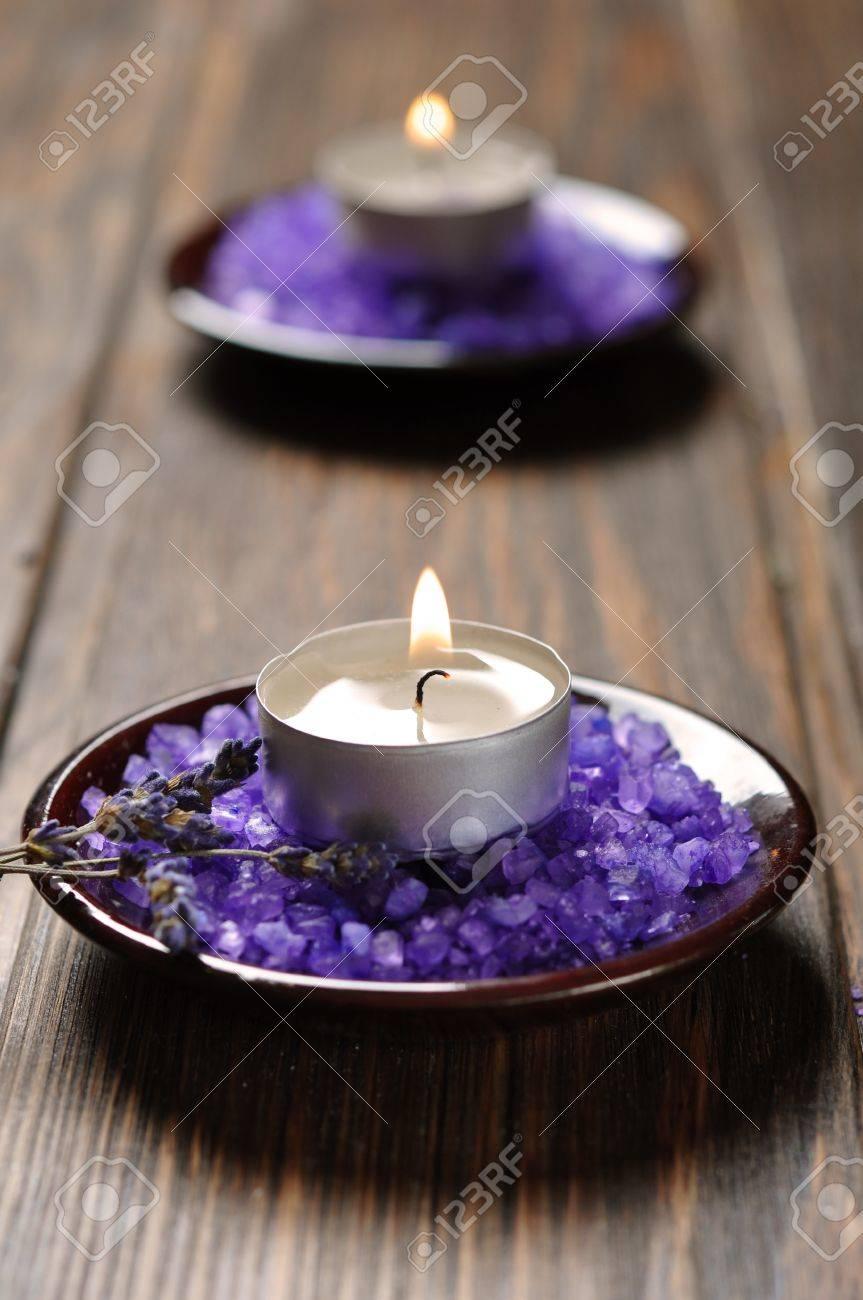 archivio fotografico sfondo spa candela con bagni di sale e rametti di lavanda