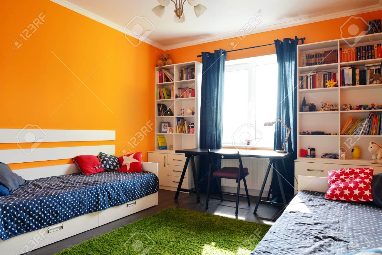 Chambre D\'enfants Dans Les Couleurs Orange Et Bleu Avec Deux Lits Et ...