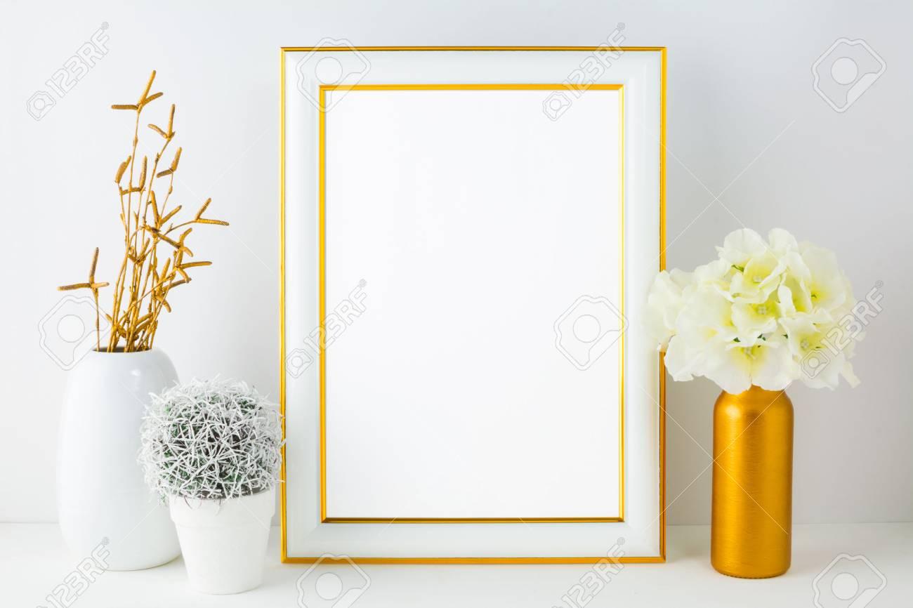 Weißer Rahmen Mockup Mit Kleinem Kaktus. Rahmen Mockup. Poster ...