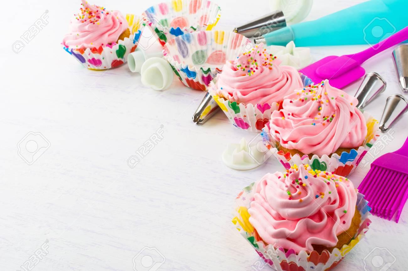 Decorado Pastelitos De Cumpleaños De Color Rosa Y Utensilios De ...