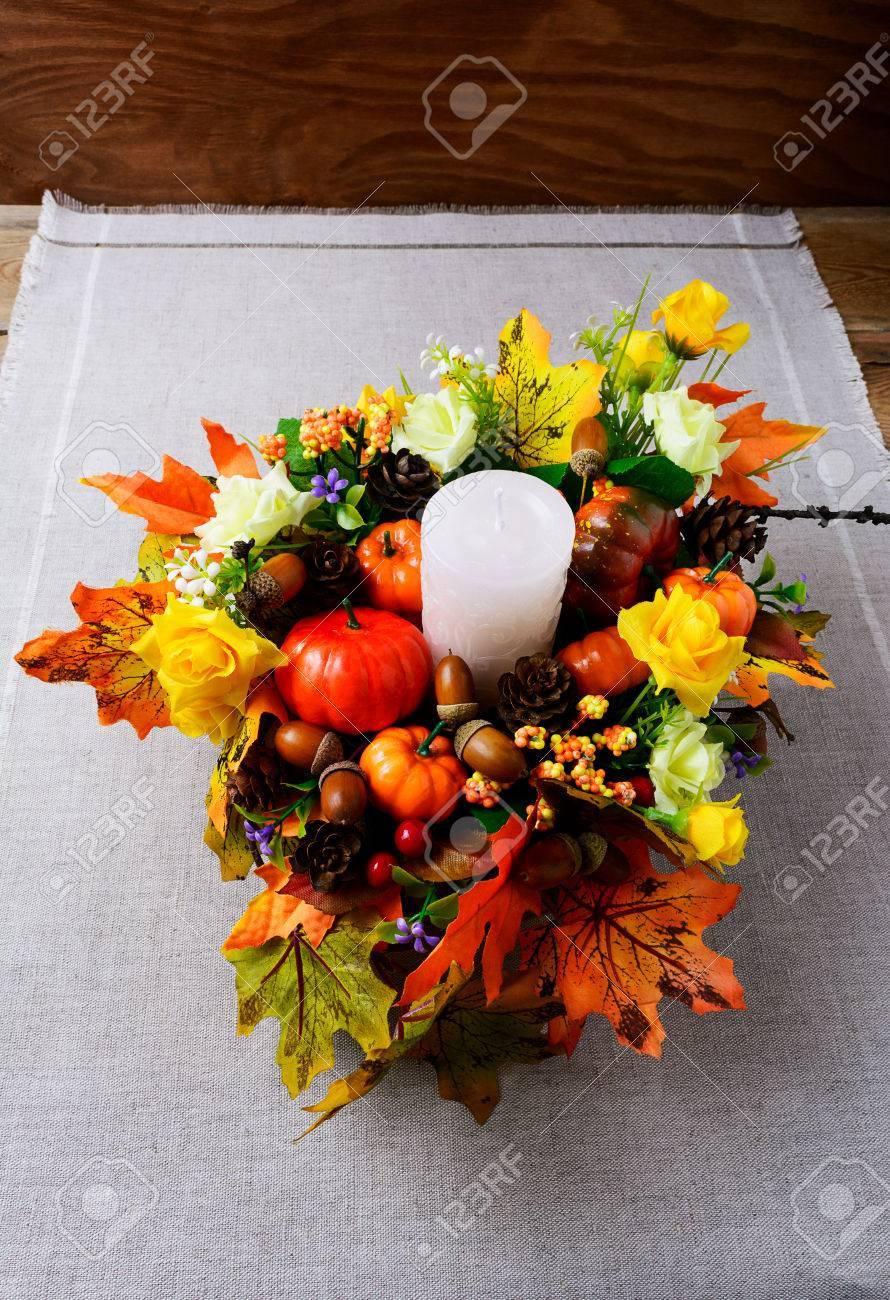 Herbstdekoration Mit Kerzen  Und Seidenahornblättern, Vertikal.  Erntedankgruß Mit Falldekor. Herbst Herzstück.