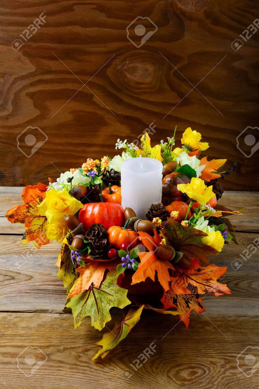 Herbst Tisch Mittelstück Mit Kerzen Und Seidenahornblättern, Vertikal.  Erntedankgruß Mit Falldekor. Herbst Herzstück