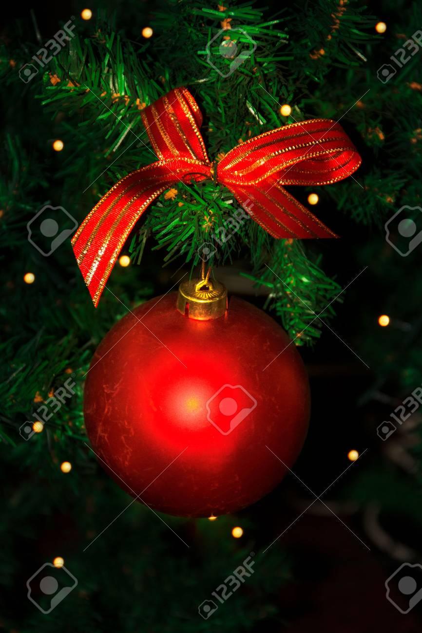 Branche D Arbre Sapin De Noel branche d'arbre de noël avec ornement rouge. sapin de noël et décoration de  noël.