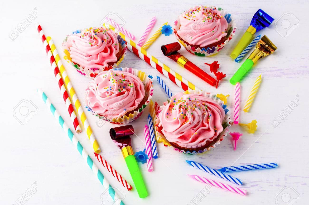 Concepto De Fiesta De Cumpleaos Con Cupcakes Y Velas Rosadas