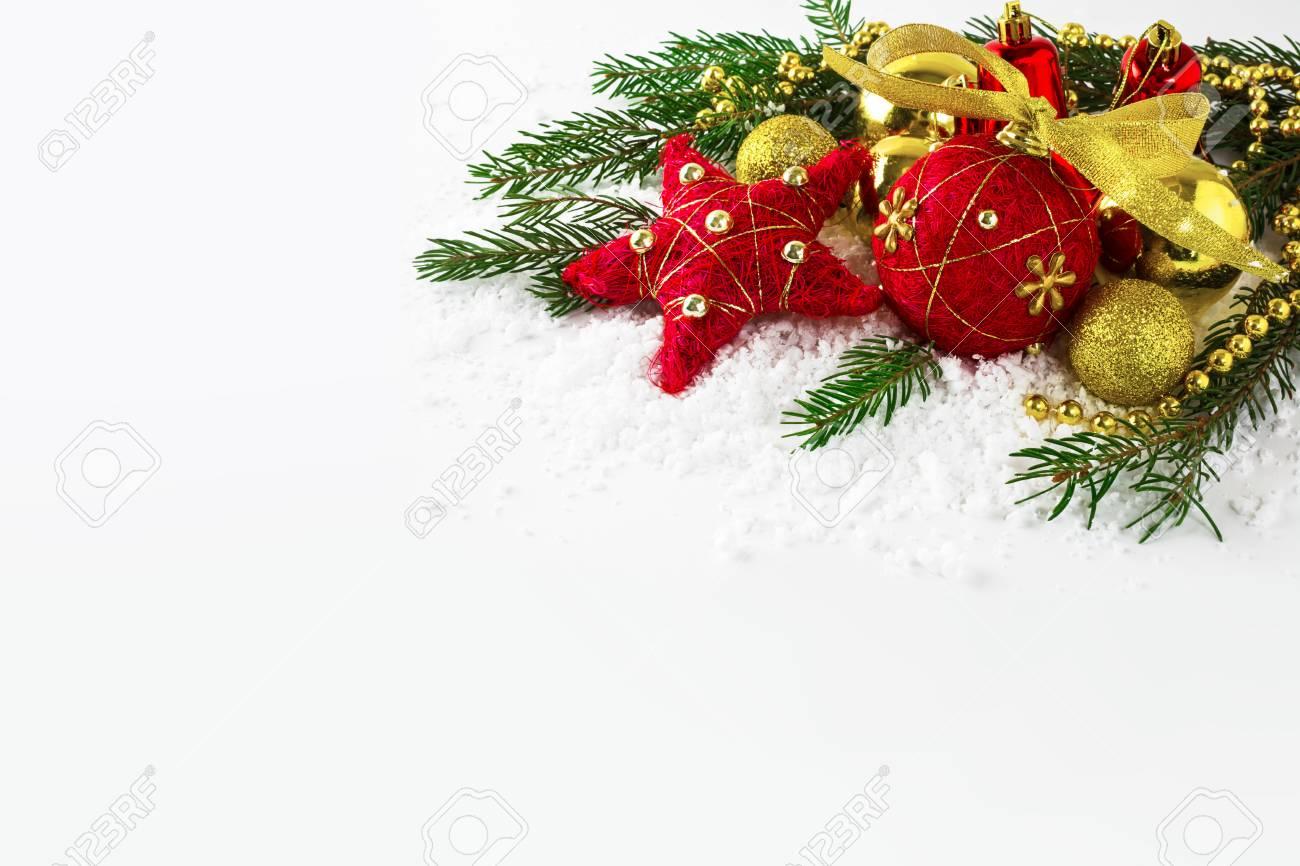 Kerstdecoraties Met Rood : Rode en gouden kerst ornamenten in de sneeuw. kerstdecoratie op de