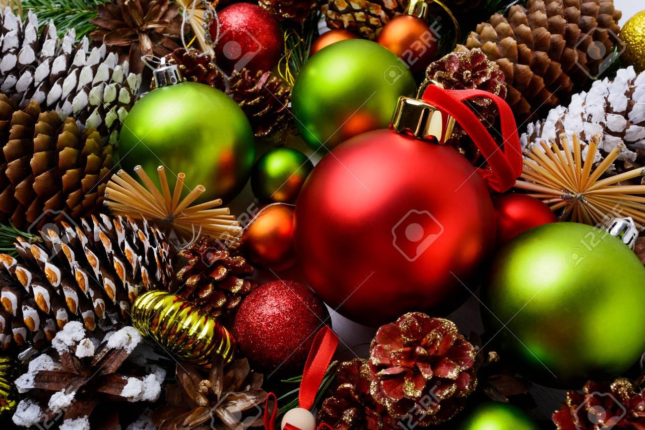 Weihnachten Hintergrund Mit Roten Verzierungen, Grünen Kugeln Und ...