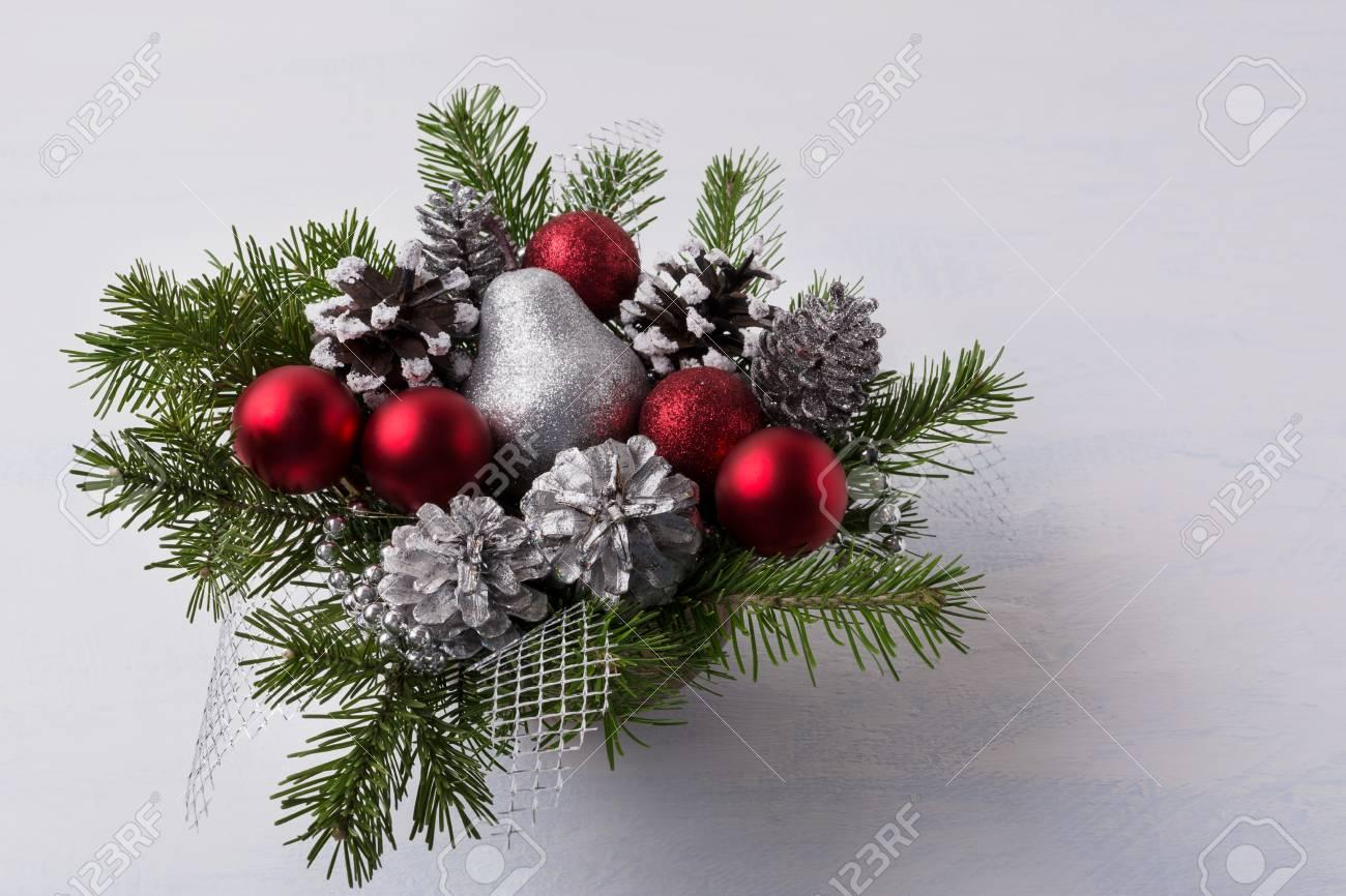 Immagini Decorazioni Di Natale.Decorazioni Di Natale Con Ornamenti Rosso Glitter E Pure Argento Centrotavola Di Natale Con Pigne E Pera D Argento