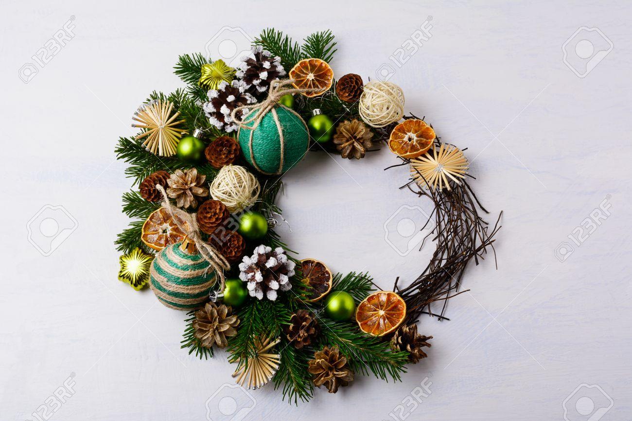 simple excellent corona de navidad con pias de pino cubierto de nieve y adornos rsticos decoracin de with navidad con pias with adornos de navidad con pias - Adornos De Navidad Con Pias