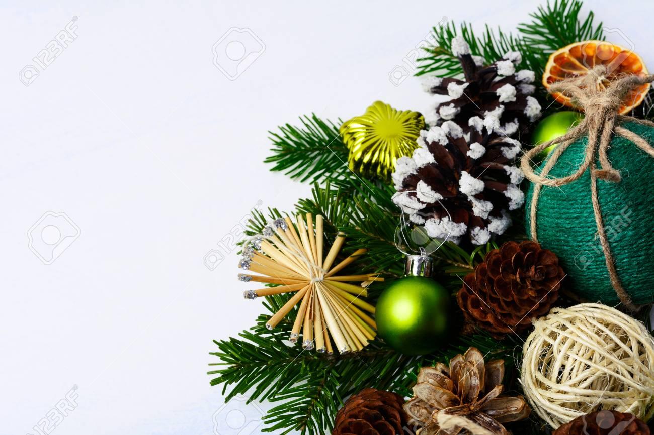 Weihnachtsgruß Mit Strohsternen, Kiefernkegeln Und Rustikaler ...