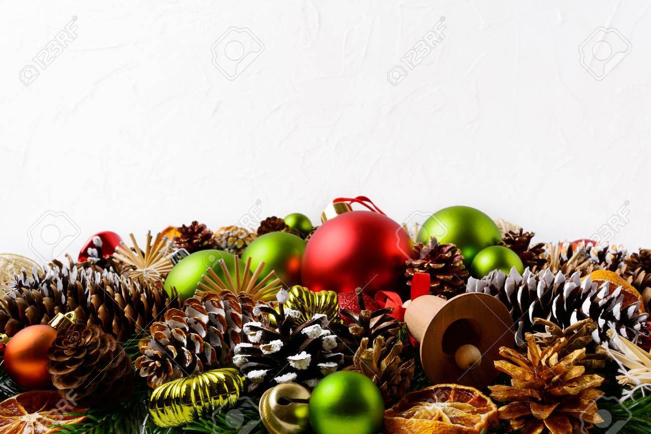 fabulous top fondo del saludo de la navidad con pias de pino decorados a mano decoracin de with decoracion con pias secas with adornos con pias with adornos - Adornos De Navidad Con Pias