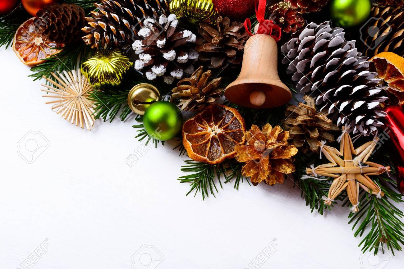 Weihnachtsgruß Hintergrund Mit Handgemachten Holz Glöckchen Und ...