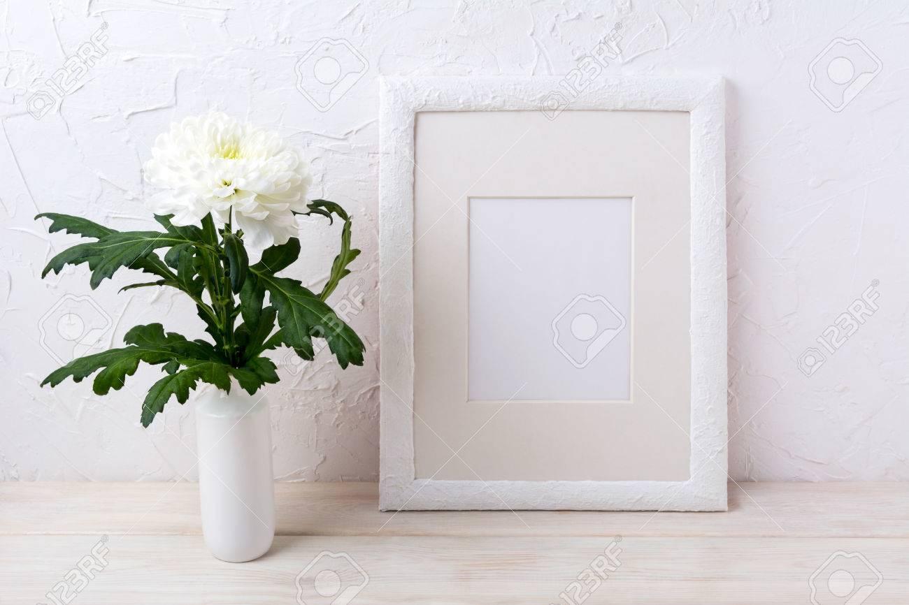 Maqueta De Marco Blanco Con Crisantemo En Florero. Moldura Vacía Del ...