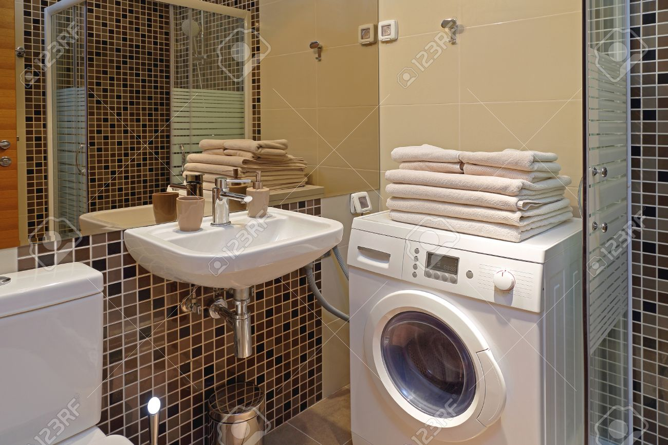 Interior Del Cuarto De Baño Pequeño Con Lavadora Fotos, Retratos ...