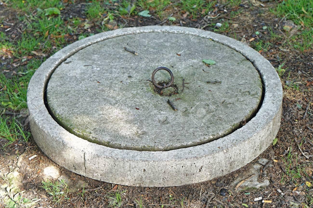 Couvercle De Béton Au Réservoir De Fosse Septique