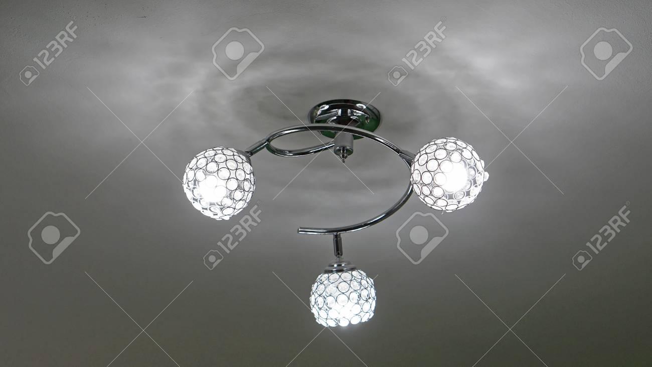 Led Birne Kronleuchter ~ Moderner kronleuchter mit drei led glühbirnen lizenzfreie fotos
