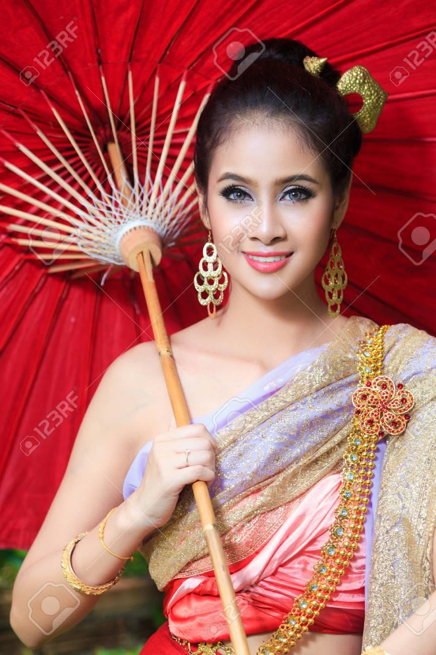 Femme Thailandaise Photos femme thaïlandaise en costume traditionnel de la thaïlande avec le parapluie