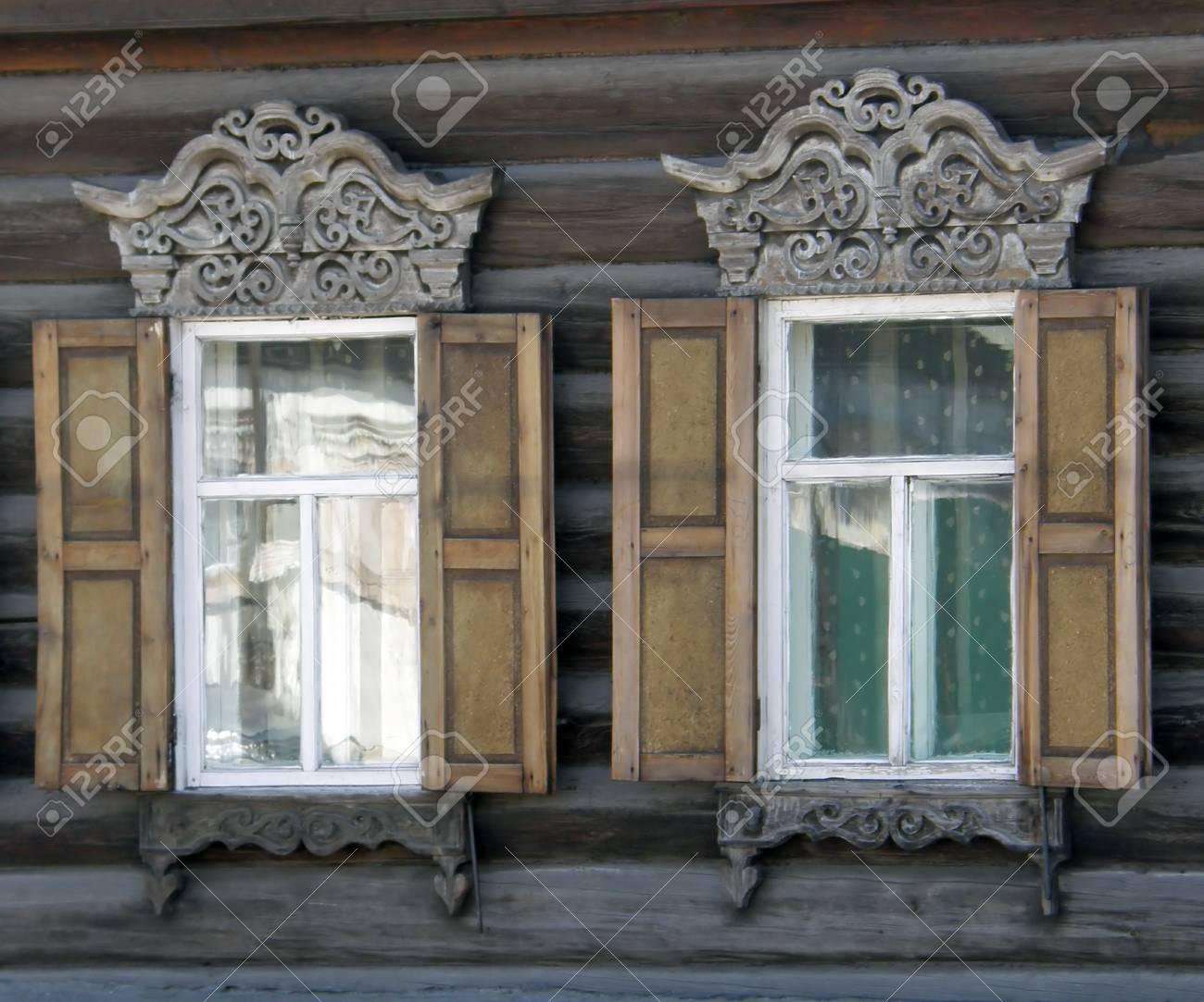 Die Fenster Mit Schönen Türzargen In Alten Holzhaus. Ulan-Ude. Die ...