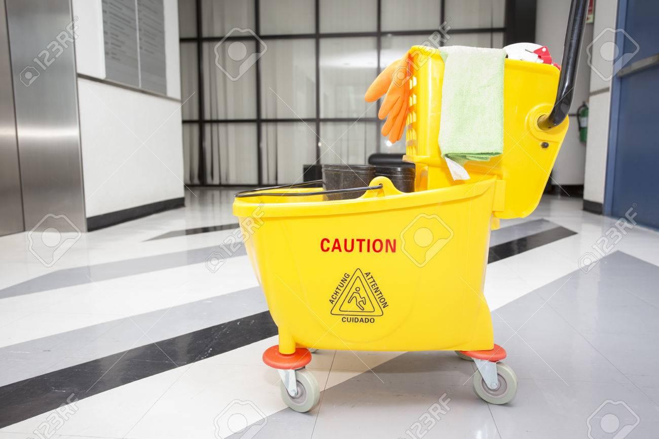 Seau de lavage jaune et ensemble d équipements de nettoyage dans