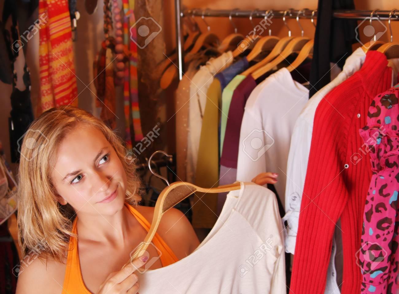 У девушек отбирают одежду 27 фотография