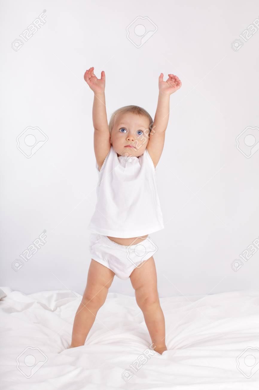 Hermoso Bebé En La Cama Fotos, Retratos, Imágenes Y Fotografía De ...