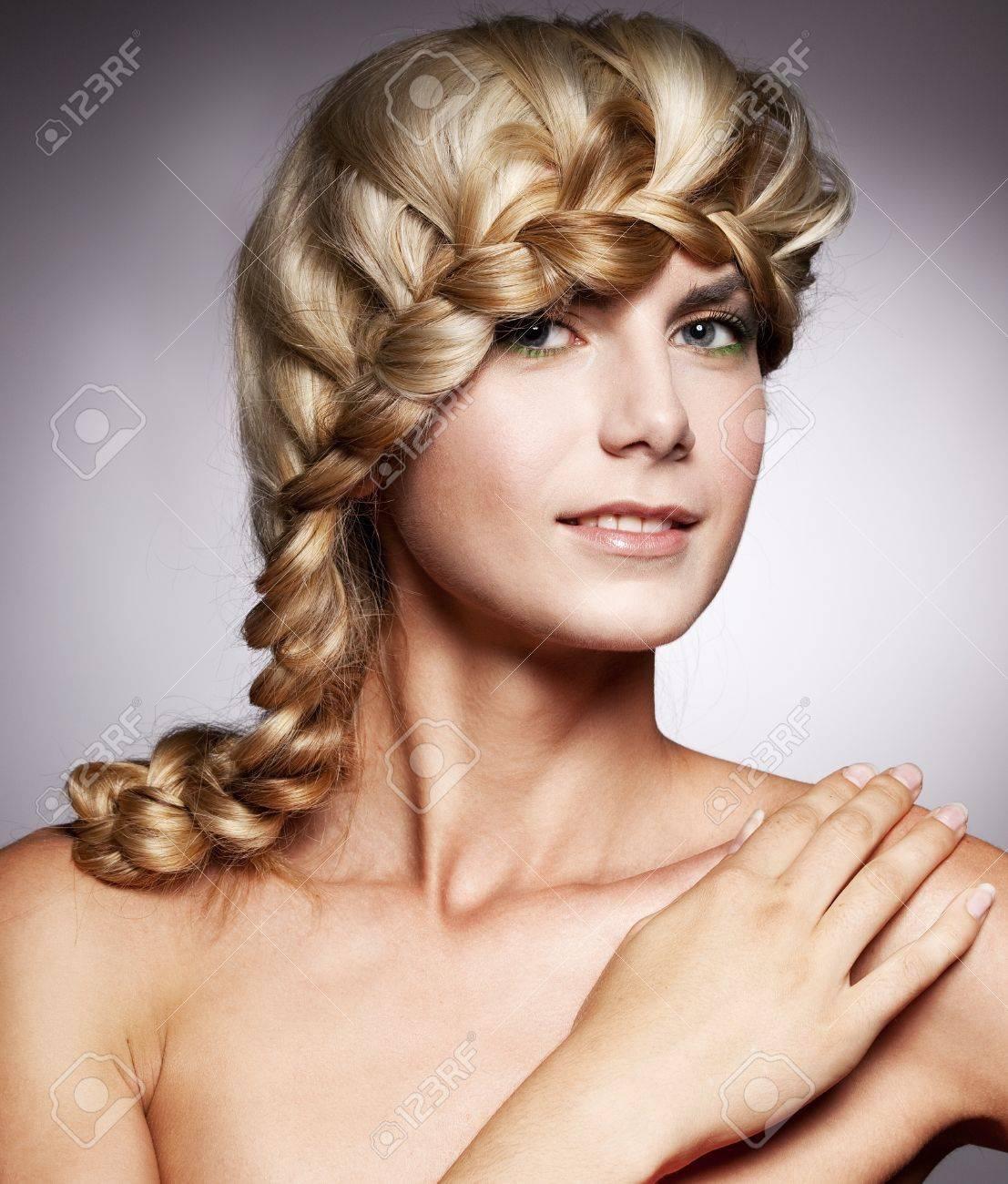 Schöne Frau mit stilvollen Frisur mit Zopf