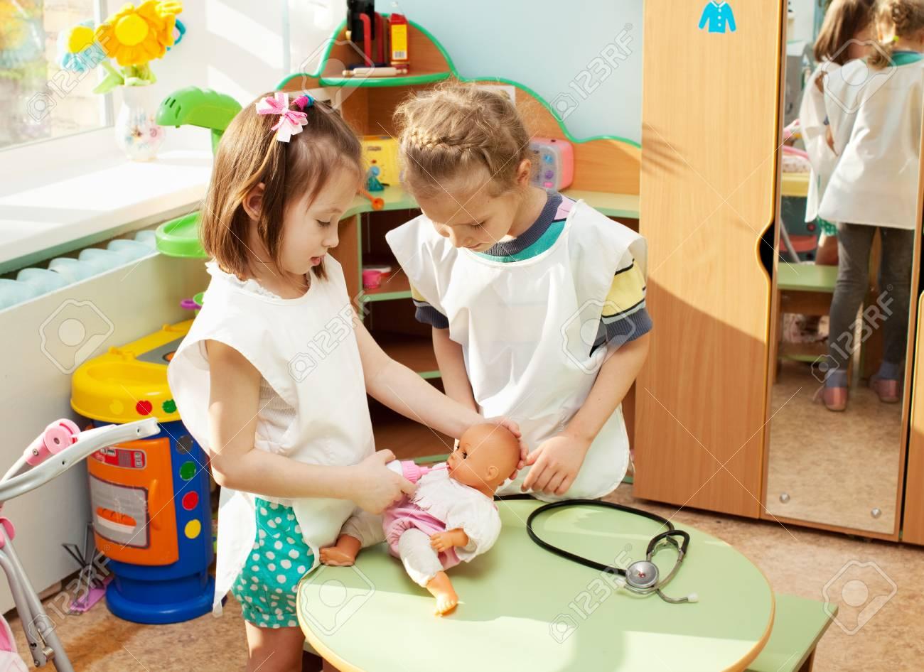 Niño en el jardín de infantes. Niños en la guardería. Niña jugando en la  escuela infantil