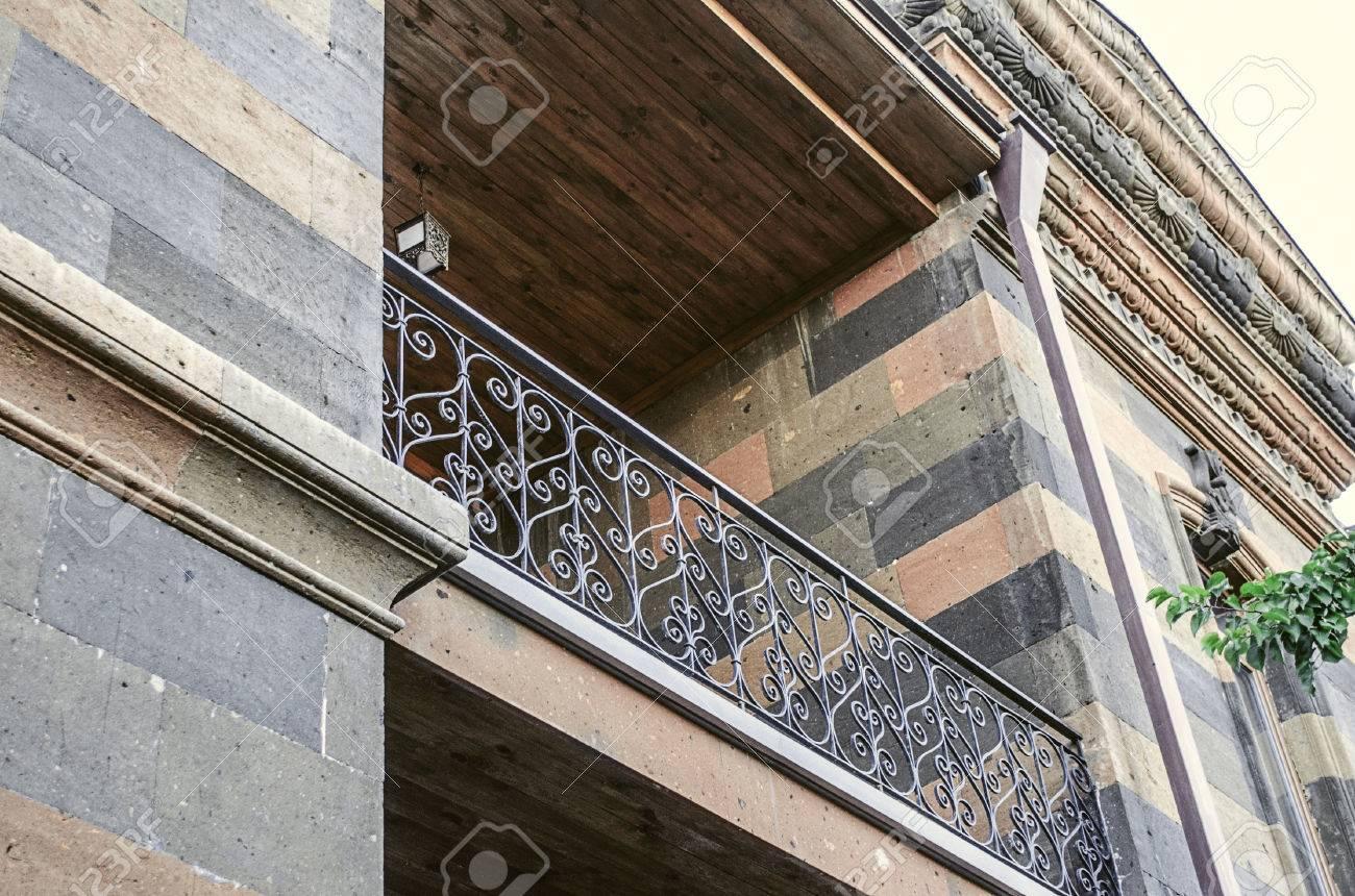 Fassade Des Alten Gebaudes Mit Loggia Und Geschnitzten Gesims Unter
